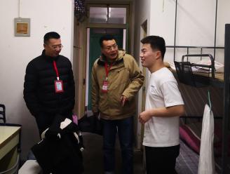 开学第一天学院领导到宿舍进行安全检查